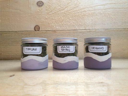 Barvanje praznih lončkov z glinenimi barvami
